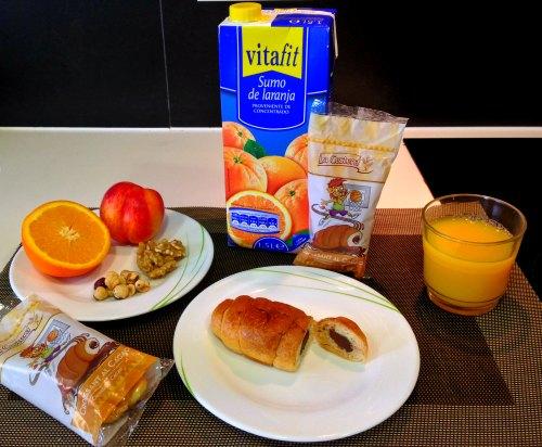 Desayuno rápido con croissant y frutas o zumo