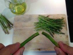 cortando esparragos con las manos